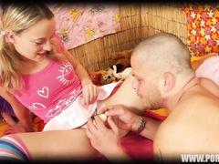 Чешская красотка в полосатых чулках трахается дома с парнем