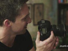 Фотограф делает снимки горячего лесбийского секса двух брюнеток
