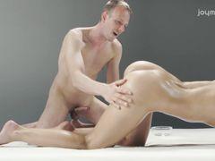 Сексуальный массаж йони закончился для девочки сексом с массажистом