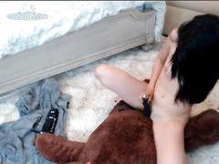 Щуплая девочка с секс игрушками красиво мастурбирует на вебку