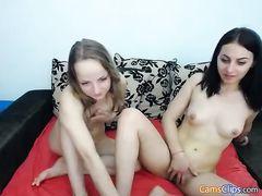 Подружки лесбиянки мастурбируют перед вебкамерой в привате