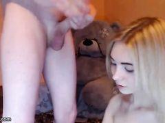 Веселая русская блондинка сосет член перед анальным сексом на вебку