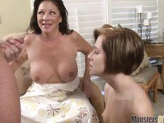 Мама вместе с дочкой сосут стоячий хер мамкиному любовнику
