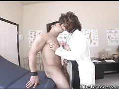 Пышногрудая зрелая медсестра трахается с пациентом на медосмотре