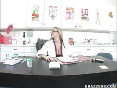 Доктор с большим членом и грудастая медсестра занялись сексом в больнице