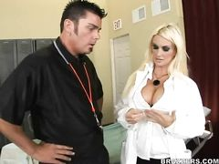 Тренер университетской команды трахнул медсестру с большими сиськами