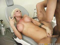 Пациент с большим членом трахает в палате грудастую медсестру