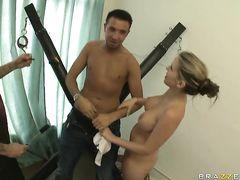 Актриса приняла душ и перепихнулась с двумя молодыми парнями