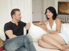 Любвеобильная азиатская жена изменяет мужу с любовником