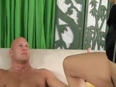 Накачанный лысый мужик трахает азиатку в волосатую пилотку