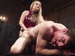 Жесткий анальный секс со страпоном для связанного раба