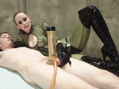 Ненормальная госпожа в латексе жестко ебет страпоном в жопу раба