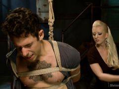 Княжна с золотыми волосами проводит сексуальные эксперименты со своим рабом