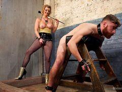 Госпожа трахнула страпоном в жопу своего раба после жесткой порки