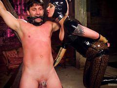 Жена госпожа в латексе трахается с любовником засовывая мужу дилдо в жопу