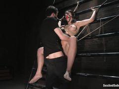 Агрессивный мужик трахает связанную девушку с большими сиськами