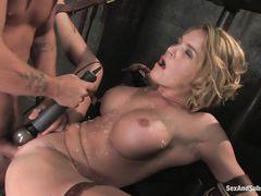 Жесткое сексуальные пытки в подвале для сисястой блондинки