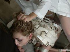 Господин и госпожа играются с секс рабыней в больничном подвале