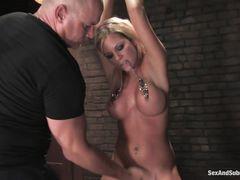 Связанная блондинка с большими сиськами жестко выебана БДСМщиком