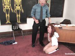 Строгий учитель жестко трахает в жопу связанную студентку