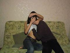 Тощая русская брюнетка Юля отдалась парню у себя дома