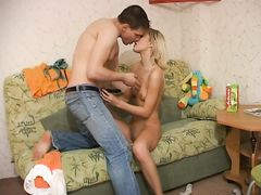 Обалденная русская блондинка Ксюша ебется дома с партнером