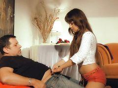 Взрослый мужик трахает молодую русскую девушку на диване