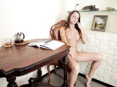 Зажигательная русская брюнетка увлеченно мастурбирует на столе