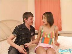 Русская девочка подросток с маленькими сиськами трахается с другом