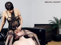 Сексапильная русская госпожа заставляет раба лизать ее пизду