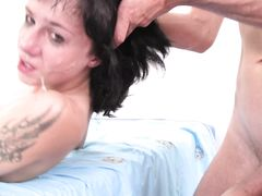 Брюнетка с маленькой грудью умело проглотила член бойфренда