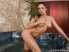 Стройная девушка в купальнике наслаждается двойным трахом