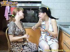 Распутные пьяные лесбиянки занялись горячим сексом на кухне