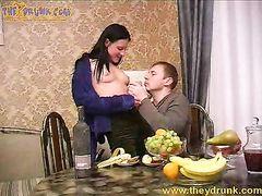 Пьяненькая русская парочка занимается сексом на кухне