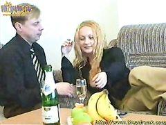 Импозантный русский мужик пригласил домой и трахнул пьяную коллегу