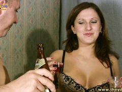 Раскрепощенная девушка пьяная трахается с собутыльником