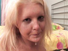 18-летняя русская блондинка проглотила член парня как опытная минетчица