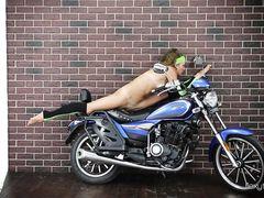 Кудрявая русская гимнастка села на шпагат просто на мотоцикле