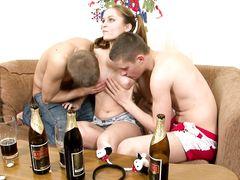 Пьяные русские подростки уломали девчонку на секс втроем