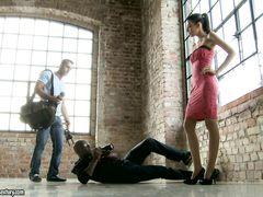 Фотограф выебал в жопу сексуальную модель после фотосессии