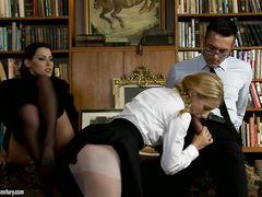 Очкарик учитель трахает студентку в попу пока она лижет училке