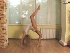 Милашка Алла с гибким телом показывает сексуальную гимнастику