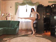 Грациозная русская гимнастка показала эротическое представление