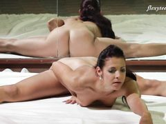 Красивая эротическая гимнастика от русской девушки с маленькой грудью