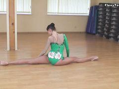 Великолепная русская гимнастка провела эротичную тренировку без одежды
