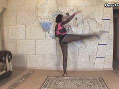 Гибкая русская танцовщица разделась догола в стриптиз танце