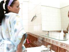 Уставшая русская девушка с вибратором мастурбирует в ванной