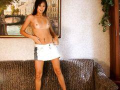 Модель без одежды раздвинула ноги и показала лысую пизду