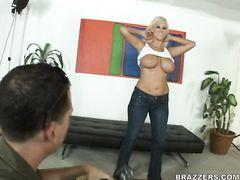 Удивительная блондинка с большими сиськами трахается с парнем