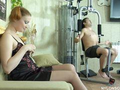 Рыжая русская девушка в чулках отвлекла сексом парня от тренировки